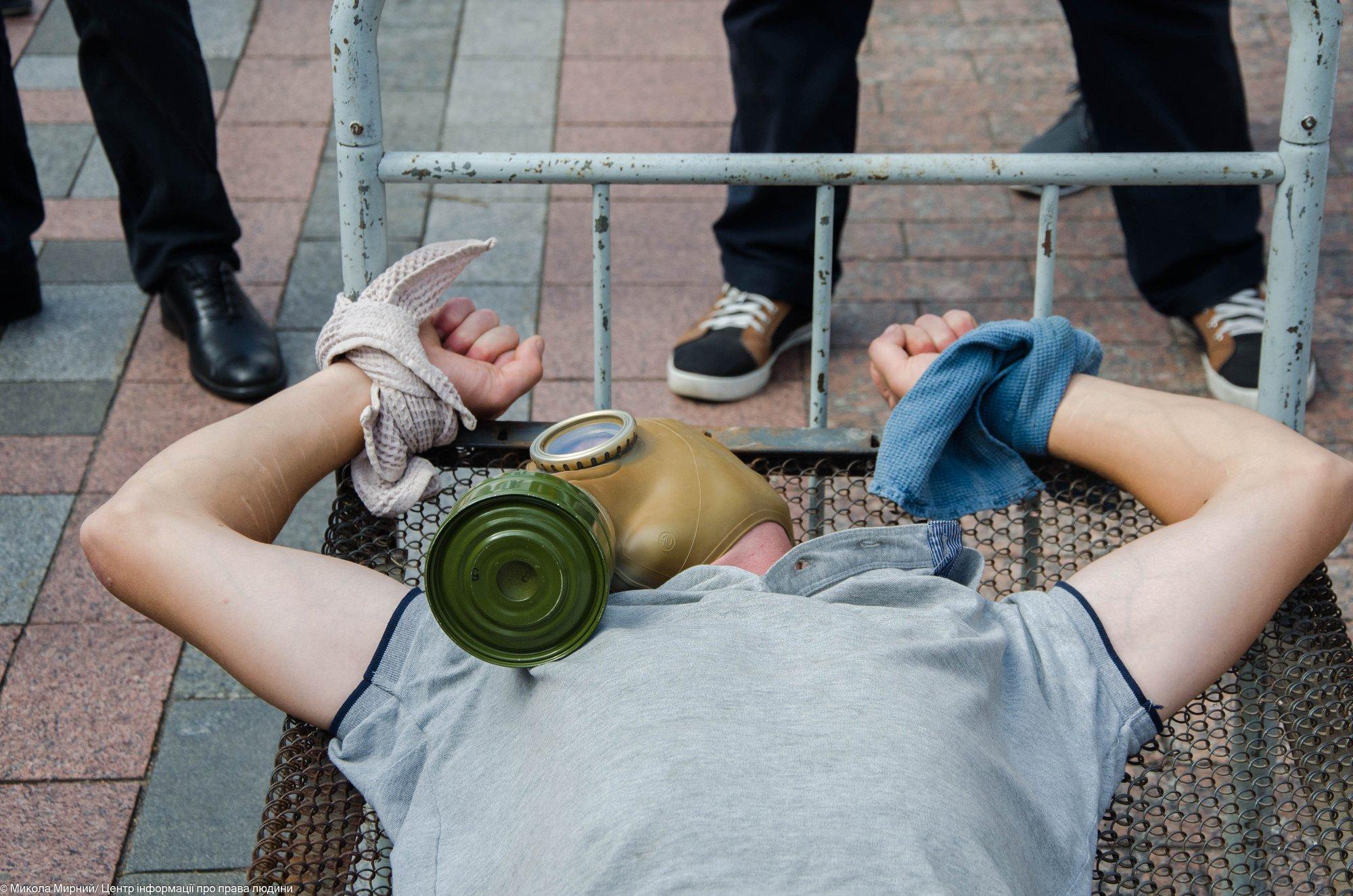 Активісти продемонстрували, чим катують громадян у місцях несвободи (фоторепортаж)